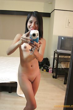 Shaved Filipina seflie chick